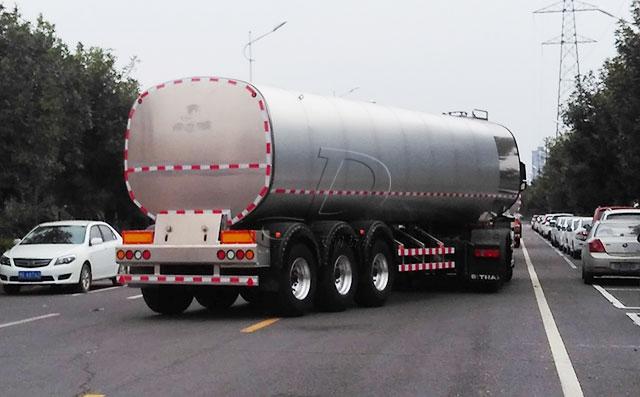 31吨3轴半挂奶罐车