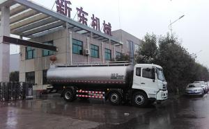 广州客户16吨牛奶运输车冒雨发货!