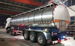 陕西客户订购的33吨牛奶运输专用车半夜发货