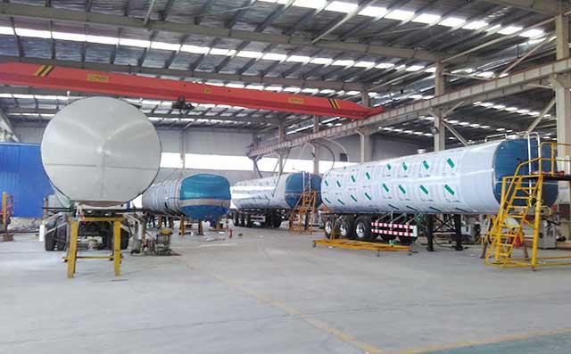 江苏老客户订购的3台33吨牛奶液罐车紧张生产中