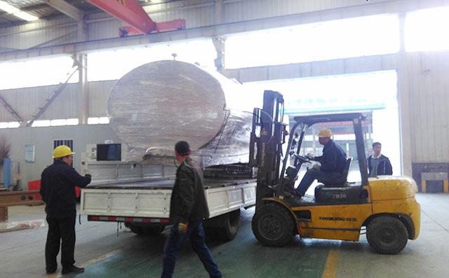 云南老客户订购的6吨分体式直冷式奶罐发货现场