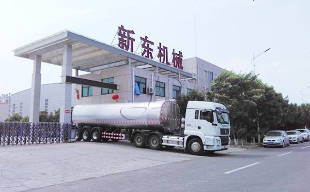 成都老客户订购的40吨半挂牛奶液罐车提车现场