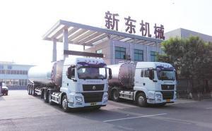 江苏某物流公司订购的两台半挂奶罐车发货