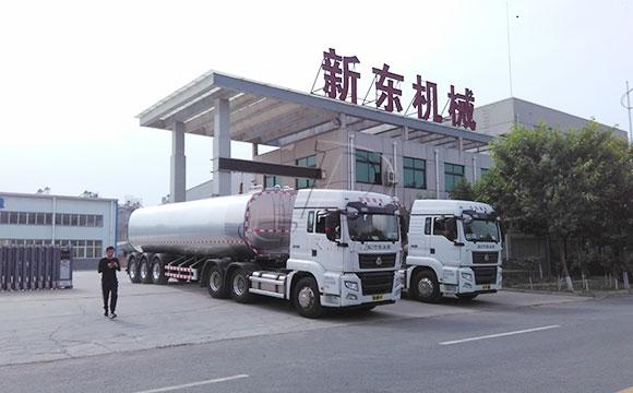 大型<a href=http://www.xdqj.com/product/xiannaiche/ target=_blank class=infotextkey>鲜奶运输车</a>
