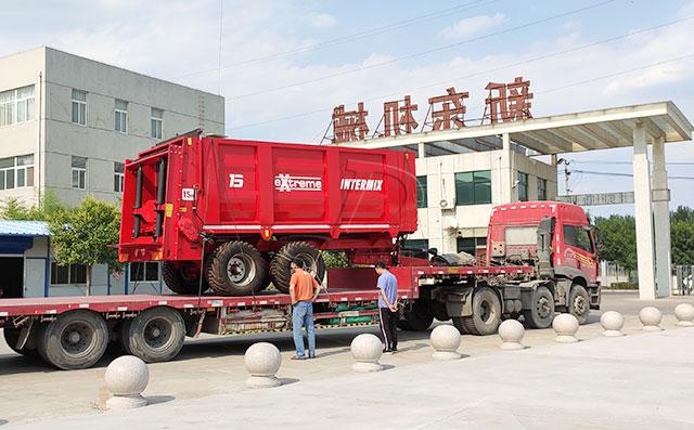 天津客戶訂購的15立方進口牽引式拋糞車發貨現場