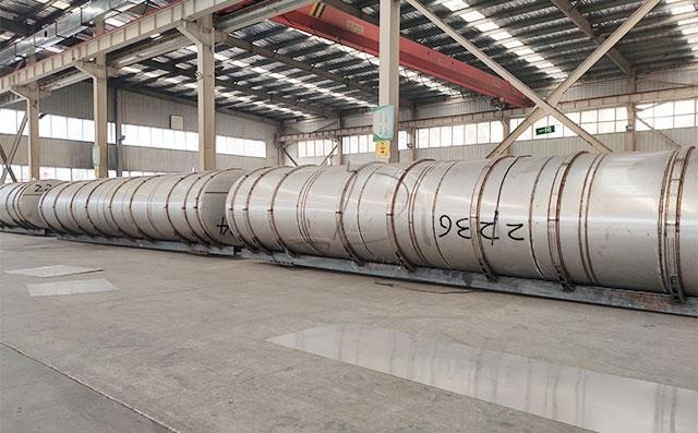 新东机械16台液体牛奶运输大罐车紧张生产中!