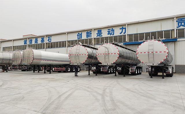 山东烟台客户订购的三轴半挂运奶车准备发货