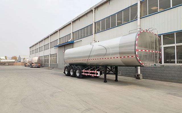 新东机械大型半挂奶罐运输车成品待客户提车