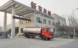 新疆客户在我公司订购的运输鲜奶罐车下午提车