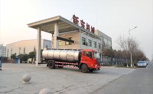 山东老客户订购的10吨保温罐式拉奶车交货现场