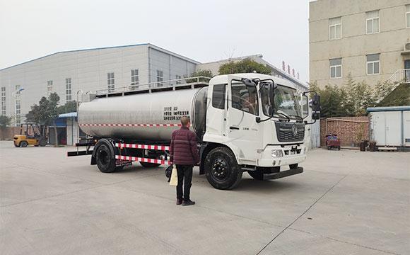 我公司天润新东牌10方奶罐运输车顺利发往辽宁