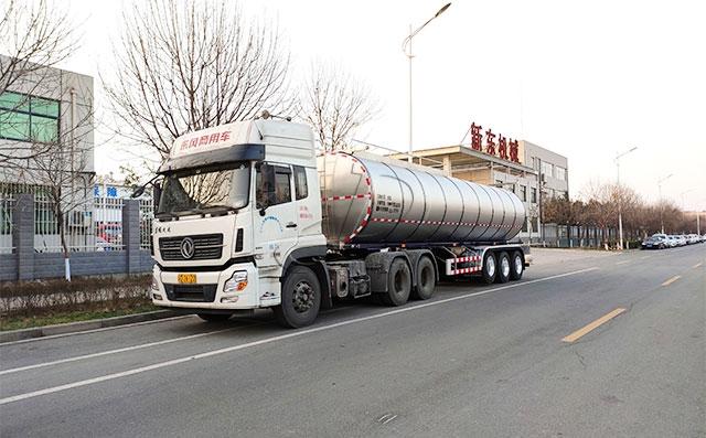 重庆某乳业公司订购的三台34吨运输鲜奶罐车提车现场