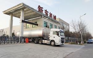 宁夏客户订购的物流拉奶半挂鲜奶罐车今天下午发车现场