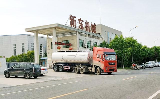 新疆客户订购的25方拉奶半挂车客户提车现场