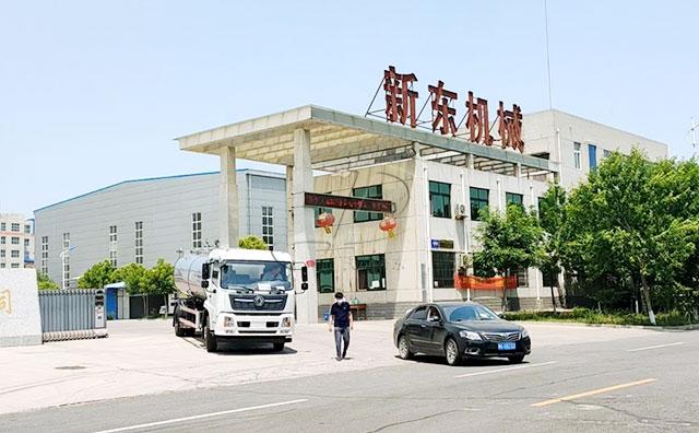 我公司两轴10吨运输牛奶车山西客户提车现场