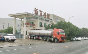 山东33立方牛奶运输物流车客户提车现场