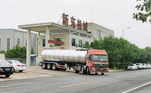 我公司34吨半挂鲜奶槽罐车下午发往
