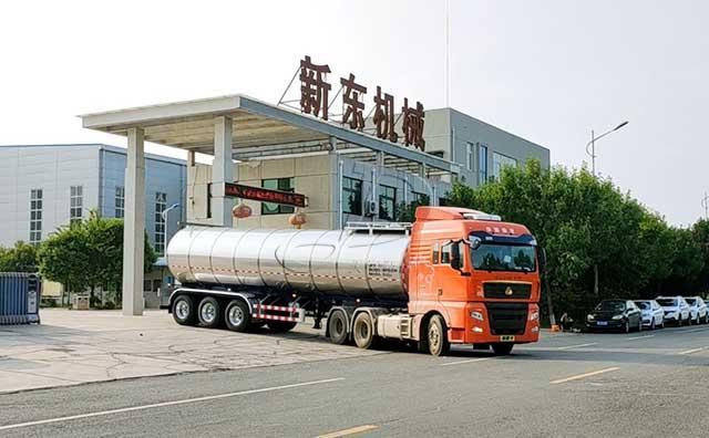 甘肅35噸半掛運鮮牛奶的罐車客戶提車現場