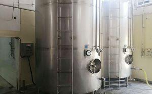 山东10吨立式果酒直冷罐客户安装现场