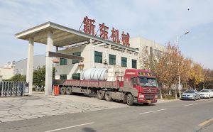 甘肃某牧场订购的10吨直冷式奶罐装车发货