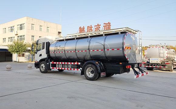 湖北随州10吨<a href=http://www.xdqj.com/product/xiannaiche/ngc_df_18t.html target=_blank class=infotextkey>奶罐车</a>