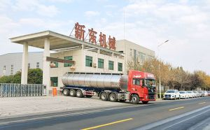 天潤新東35噸半掛保溫運奶車發往黑