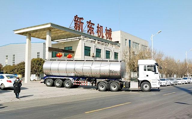 北京35吨半挂奶罐运输车客户提车现场